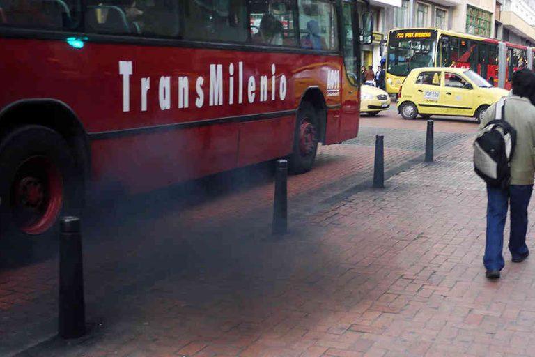 Las fuentes móviles, como los buses, generan el 78% de la contaminación del aire en Colombia. Este es un bus del transporte masivo Transmilenio en Bogotá. Foto: Revista Semana