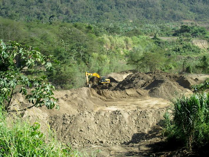 Las maquinaria están operando ilegalmente y los habitantes de las comunidades temen por la contaminación de sus fuentes de agua. Foto: Iván Paredes - El Deber.