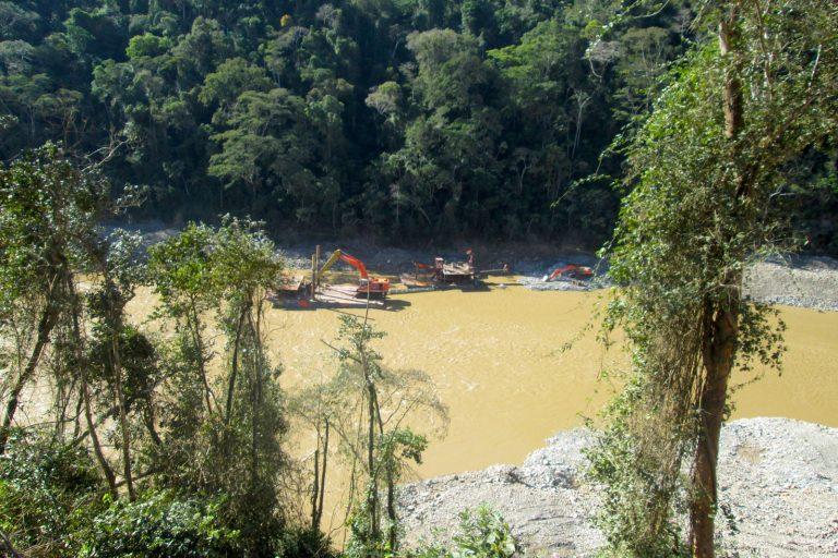 Los pobladores señalan cómo las piedras del río tienen ahora una suerte de grasa que las cubre. Foto: Iván Paredes – El Deber.