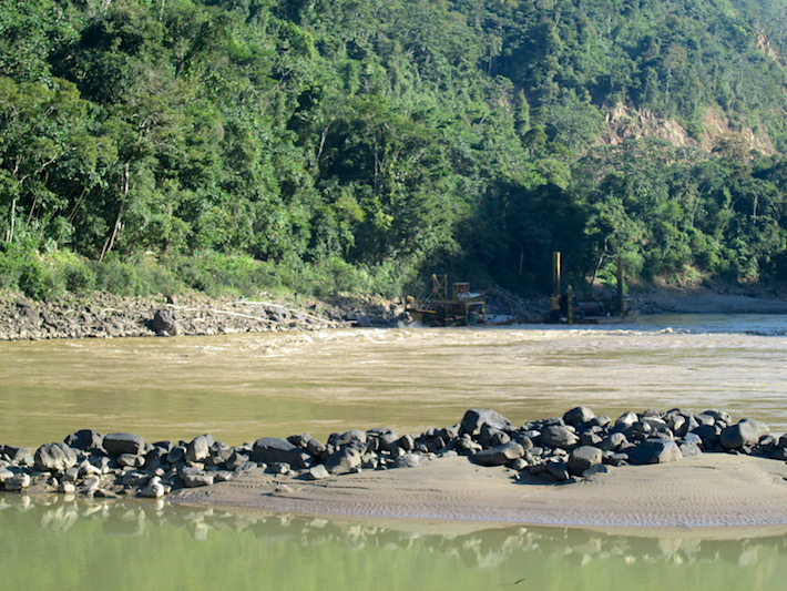 Los pobladores señalan cómo las piedras del río tienen ahora una suerte de grasa que las cubre. Foto: Iván Paredes - El Deber.