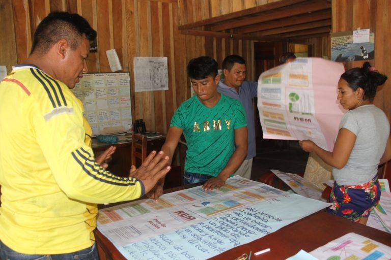 La comunidad de Centro Providencia discute los principales puntos del Régimen Especial de Manejo (REM) del Parque Resguardo Yaigojé Apaporis. Foto: Parques Nacionales Naturales de Colombia.