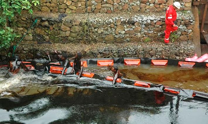 Derrame atendido en Guarapiche en 2012 con equipos inadecuados. Foto: Comunidad Petrolera.