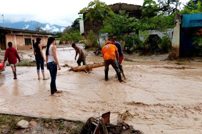 Así se veían algunas calles de Mocoa luego de que lloviera torrencialmente durante más de 7 horas. Foto Defensa Civil Colombiana.