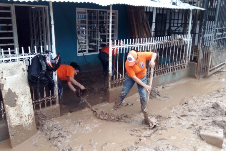 Voluntarios de la Defensa Civil Colombiana sacan agua y lodo de las casas en Mocoa. Foto: Defensa Civil Colombiana