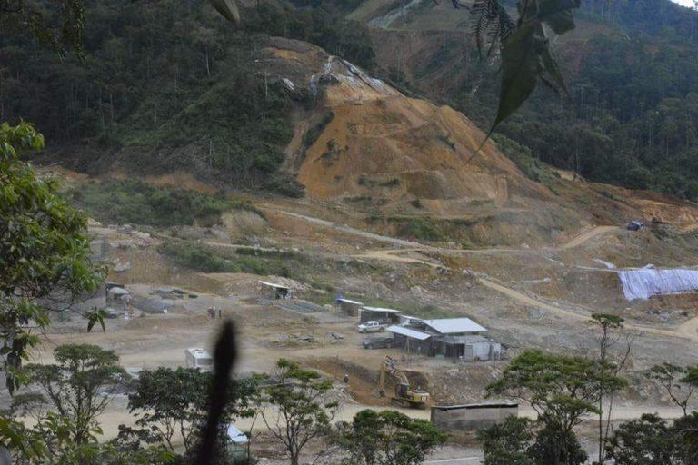 En esta imagen se aprecian los grandes terrenos que han sido deforestados por el proyecto de minería a cielo abierto Mirador. Foto: Comunidad Amazónica de Acción Social Cordillera del Cóndor Mirador (Cascomi).