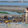 Basura acumulada en una playa en la Bahía de Msasani en Tanzania. Imagen de Loranchet a través de Wikimedia Commons (CC BY 3.0).