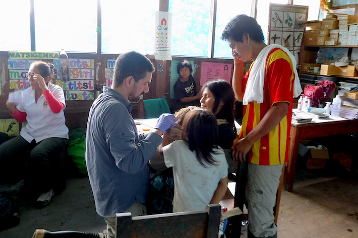 Médicos toman muestras de cabello de algunos pobladores de la comunidad machiguenga de Maizal. Foto: Luis Fernández.