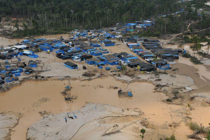 Campamento de mineros en La Pampa, región de Madre de Dios. Foto: Agencia Andina.