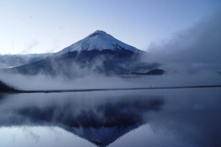 El volcán Cotopaxi, que se yergue a 5.897 metros de altitud en el Parque Nacional Cotopaxi es uno de los mayores símbolos de la geografía natural ecuatoriana. Foto: SNAP