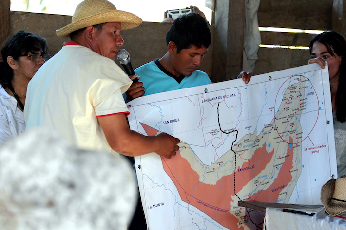 Los pobladores muestran en un mapa la ubicación de las 14 comunidades que han sido olvidadas por el Gobierno. Foto: Jorge Gutiérrez.