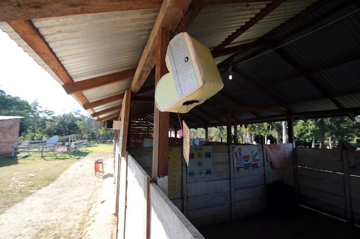 Los pobladores de Trinidadcito muestran a los visitantes las condiciones precarias en las que estudian los niños. Foto: Jorge Gutiérrez.