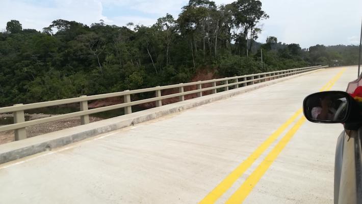 Son tres los puentes que se han construido ya en el tramo entre Isinuta y Nueva Aroma. Foto: Jorge Gutiérrez.