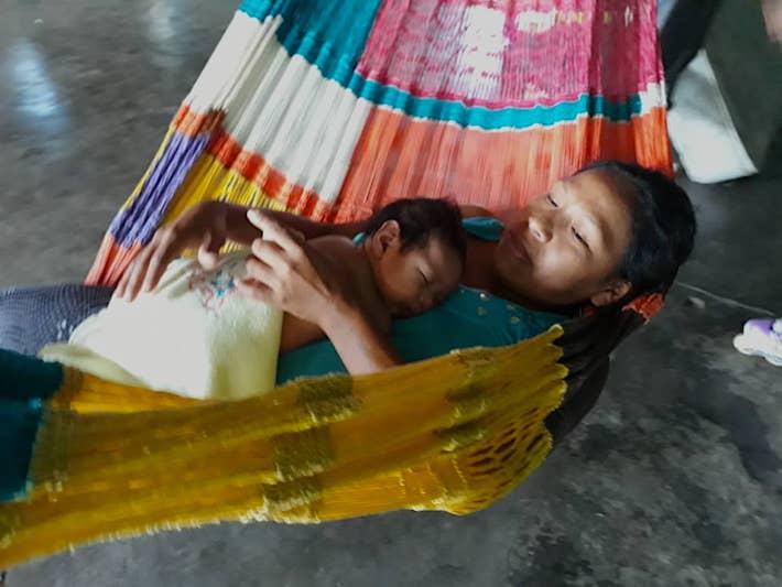 El último niño de Magaly Aragua, indígena bari, nació en medio de la peor inundación que vive San Fernando de Atabapo. Foto: Olnar Ortiz - AC Kapé Kapé.