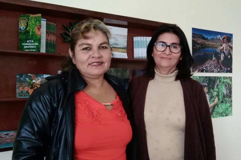 Flor Rumayna y Sara Hurtado han aprendido a manejar drones para monitorear sus concesiones en Madre de Dios. Foto: Yvette Sierra Praeli.