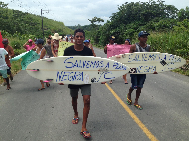 Desde el 2012 se han presentado quejas sobre la extracción de hierro y titanio en Playa Negra, al norte de Ecuador. Foto: Comuna de Mompiche.