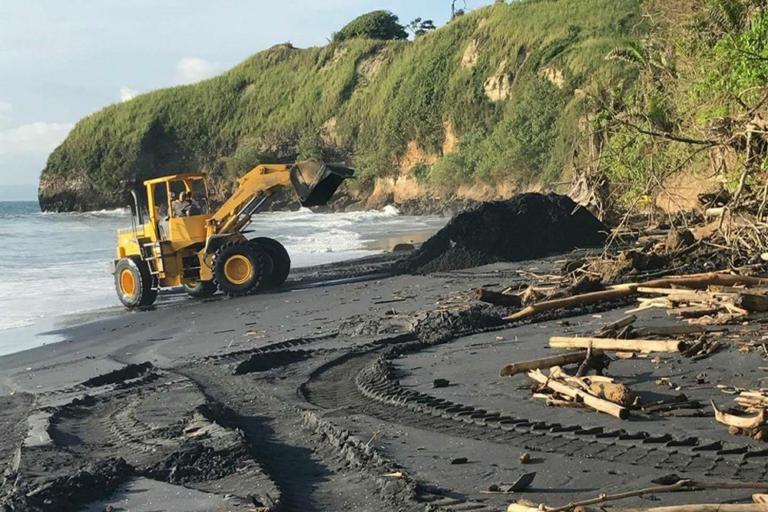 El Ministerio del Ambiente de Ecuador ordenó la detención de toda minería en Playa Negra. Foto: Comuna de Mompiche.