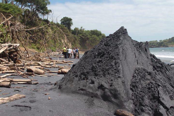 Playa Negra de Mompiche tiene varias concesiones mineras activas en la actualidad, las cuales están incluso en zona de amortiguamiento de áreas protegidas. Foto: Comuna de Mompiche.
