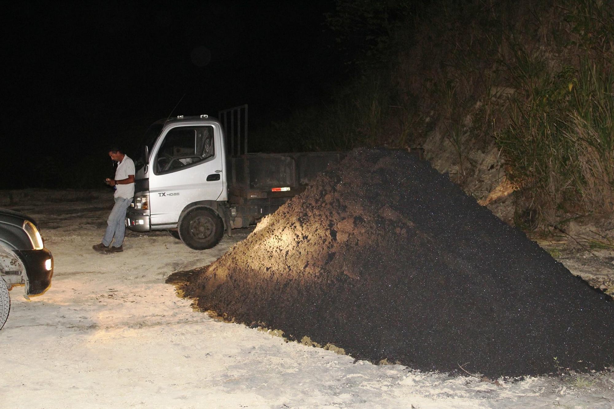 La arena extraída en la concesión El Mirador era destinada a la obtención de óxido ferroso, el cual ayuda a la dureza del cemento, según dijo el dueño de la concesión, Fabián Herrera. Foto: Comuna de Mompiche.