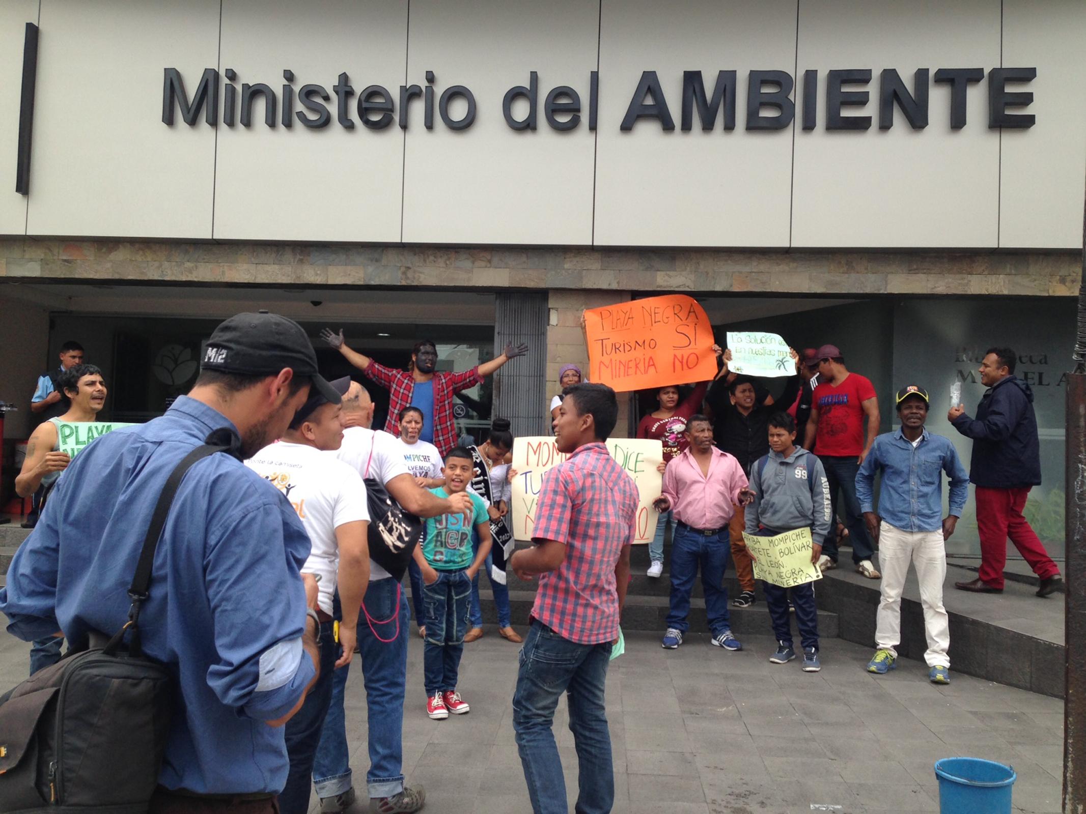 La ONG Acción Ecológica y algunos comuneros realizaron un plantón frente al Ministerio del Ambiente de Ecuador en noviembre de 2017. Foto: Comuna de Mompiche.