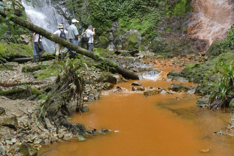 Contaminación de las cascadas las gemelas en Intag. Foto: Carlos Zorrilla.