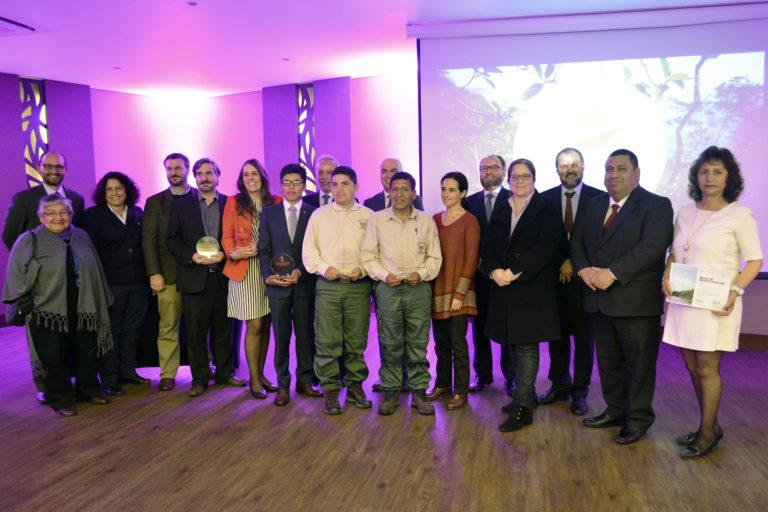 Luis Huanca junto a los otros ganadores del Premio Carlos Ponce del Prado. Foto: Profonanpe.