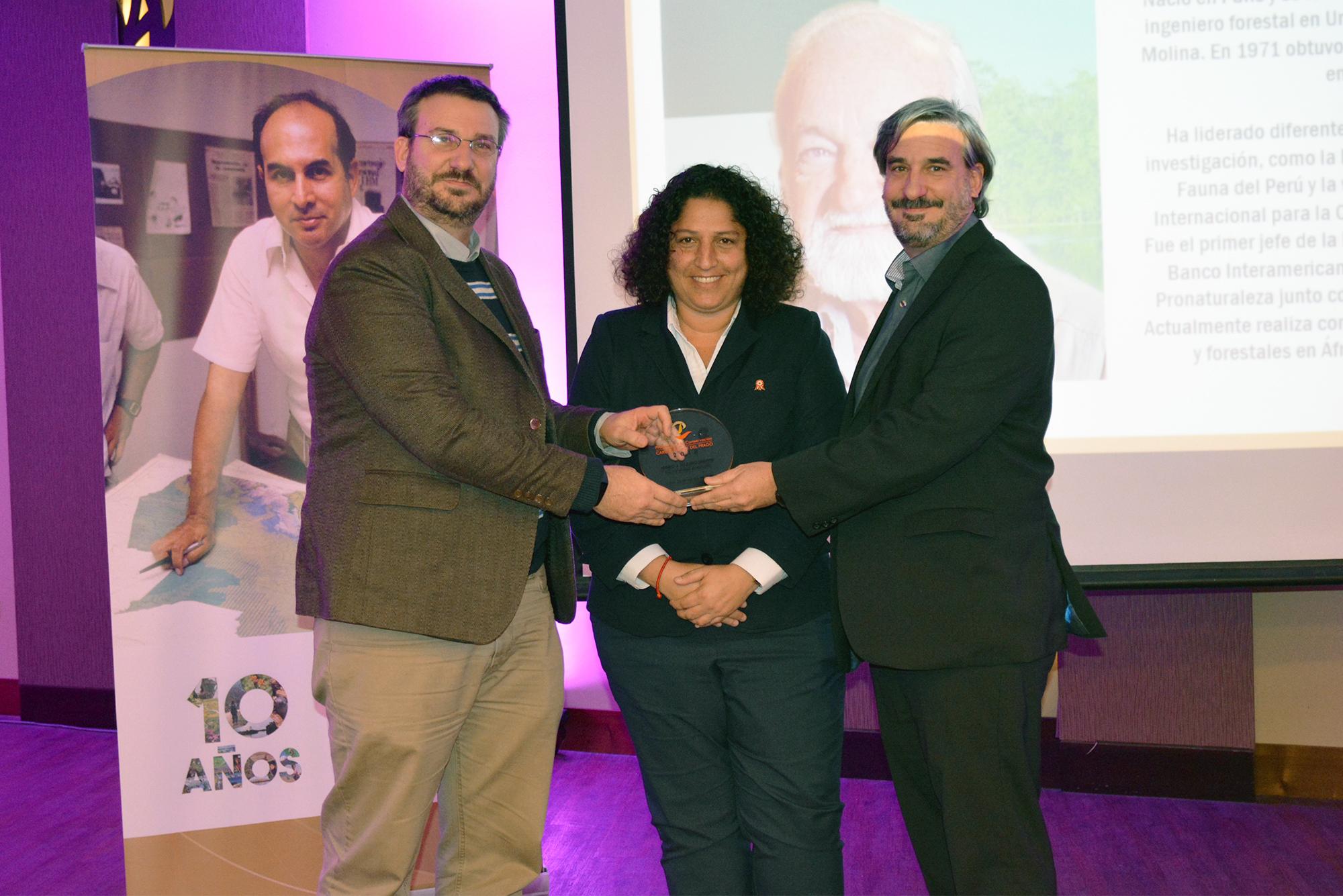Marc Dourojeanni fue galardonado como Personalidad ambiental 2018. Sus hijos recibieron el trofeo de manos de la ministra del Ambiente, Fabiola Muñoz. Foto: Profonanpe.