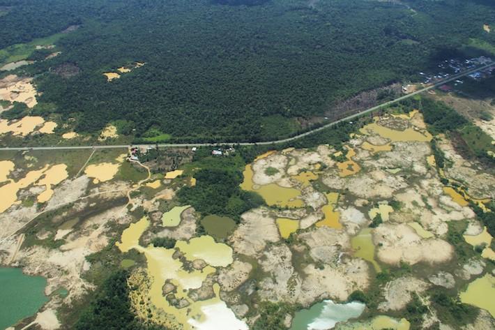 A lo largo de veinte kilómetros, este es el escenario que se puede observar en el bosque de Madre de Dios: pozas mineras con mercurio, muchas de ellas abandonadas y sin tratamiento de cierre. Foto: Vanessa Romo/ Mongabay Latam
