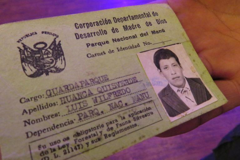 Luis Huanca muestra orgulloso su primer carnet como guardaparque del Manu. Foto: Yvette Sierra Praeli.
