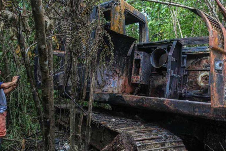 Es común encontrar maquinaria oculta entre la selva del Alto Nangaritza. Foto: Carlos Medina.