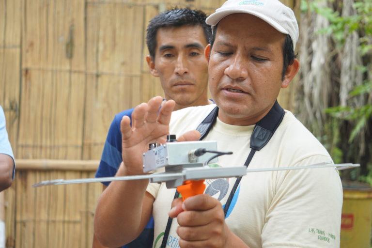 Luego de la liberación, los guacamayos son monitoreados con sistemas de radas y satélite. Foto: Fundación Jocotoco.
