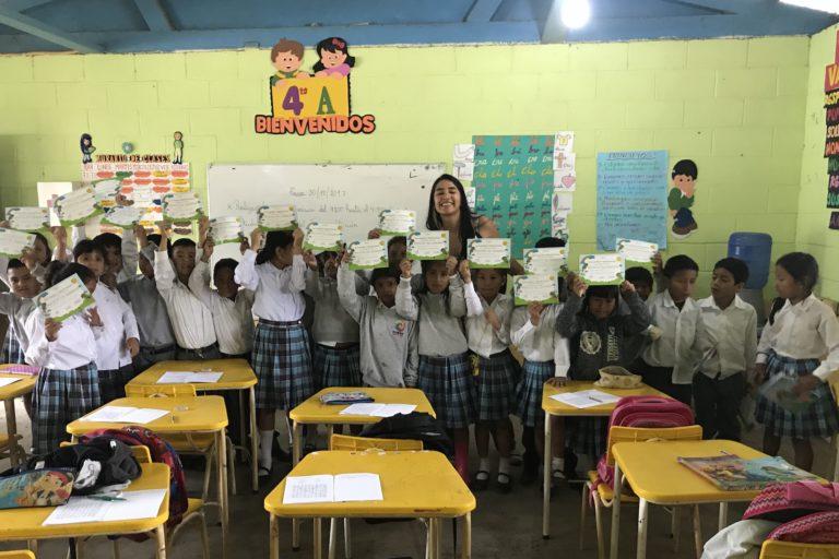 Los niños reciben su certificado de protectores del guacamayo como parte del programa de educación ambiental. Foto: Fundación Jocotoco.