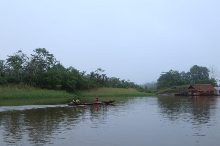 Muchas comunidades indígenas viven en la profundidad de la selva, rodeados de grandes ríos. Foto: ONIC.