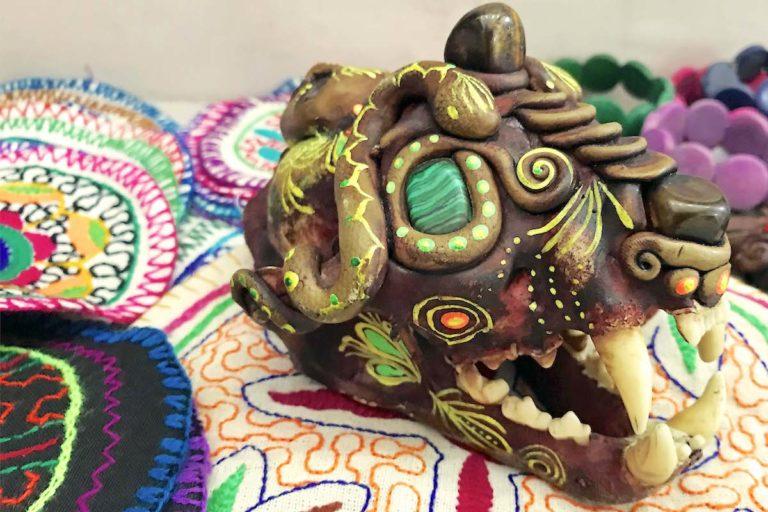 Un cráneo de jaguar convertido en artesanía se ofrece en los mercados artesanales de Perú. Foto: Eduardo Franco Berton.