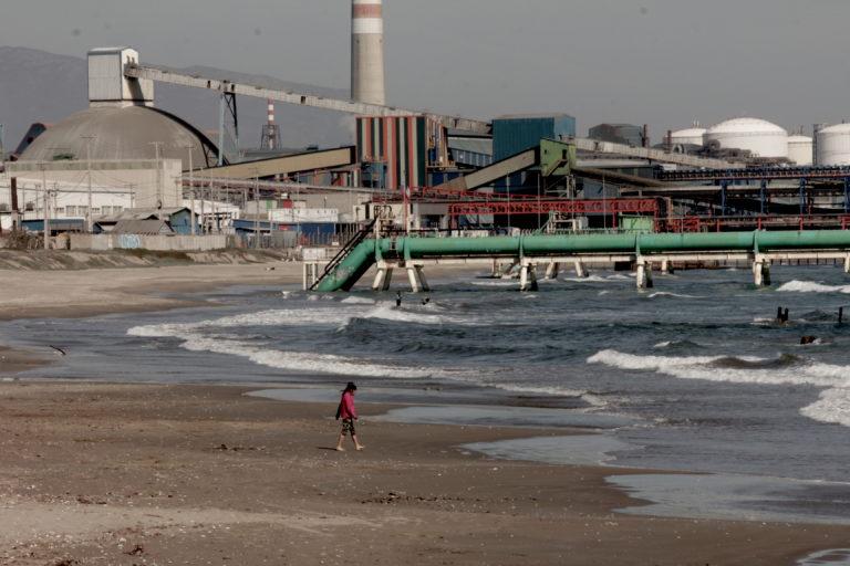 Vista del parque industrial desde la playa de Ventanas. Foto: Michelle Carrere