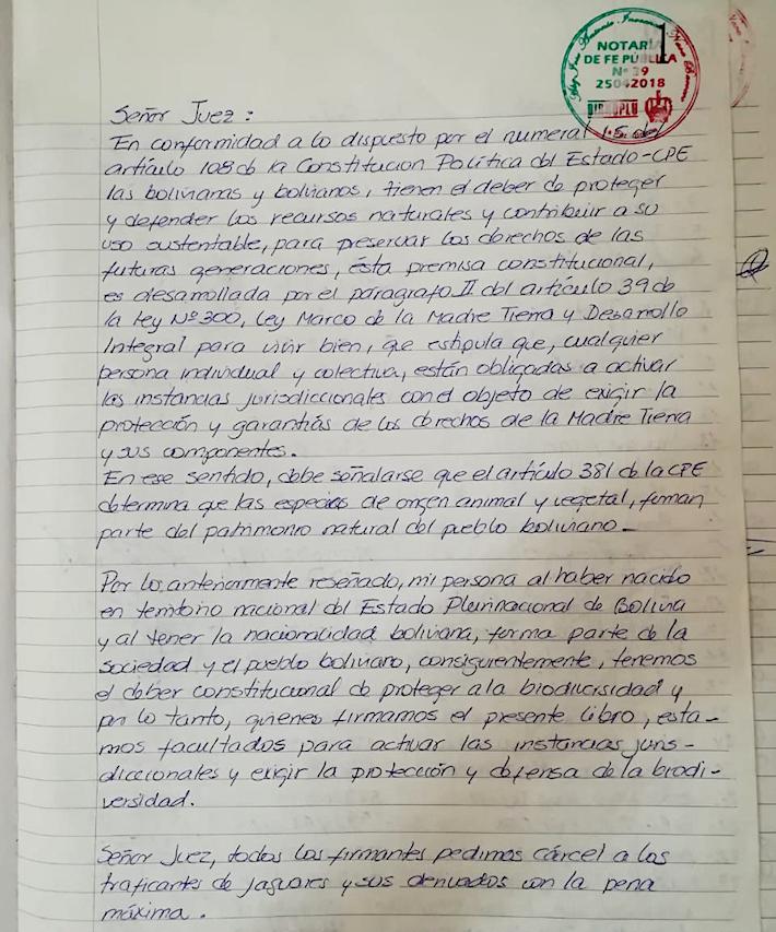 Petitorio del libro notariado que ha sido suscrito por miles de representantes de la sociedad civil boliviana, en el cual los firmantes solicitan se aplique la pena máxima de cárcel (6 años) para los acusados. Foto: Cortesía de Daniela Morón.