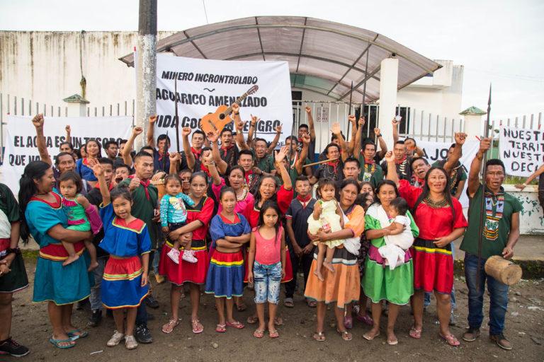 La comunidad Cofán de Sinangoe lleva meses protestando contra las entidades del Estado que otorgaron concesiones mineras en su territorio sin consultarlos. Foto: Jerónimo Zuñiga/Amazon Frontlines.