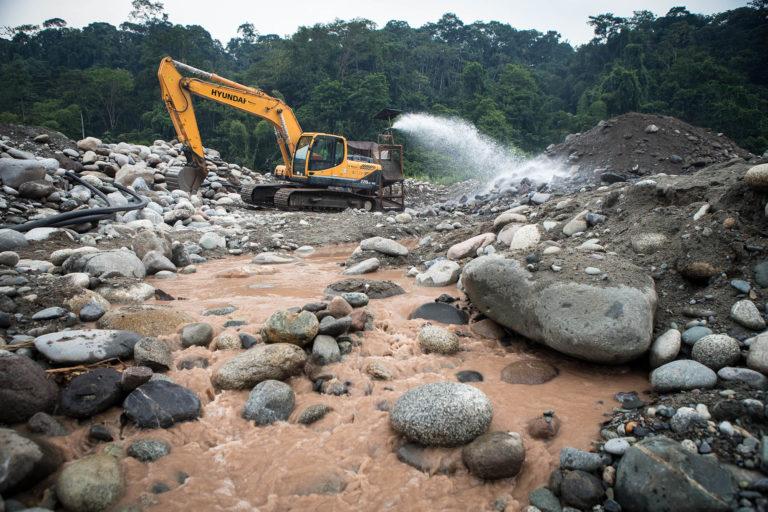En esta imagen se aprecia cómo las aguas del río terminaban contaminadas luego de remover la tierra. Foto: Jerónimo Zuñiga/Amazon Frontlines.