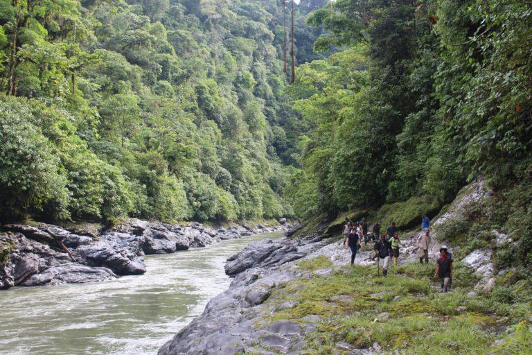 El río Aguarico, afectado por concesiones mineras que operaban sin licencias vigentes, surte de agua a cerca de 90 000 personas. Foto: Jerónimo Zuñiga/Amazon Frontlines.