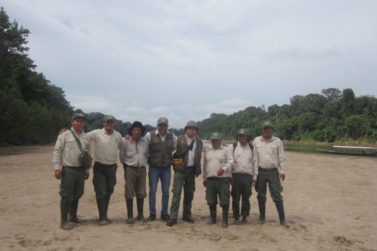 Luis Huanca con sus compañeros de trabajo en una salida de monitoreo en el Parque Nacional del Manu. Foto: Luis HUanca.