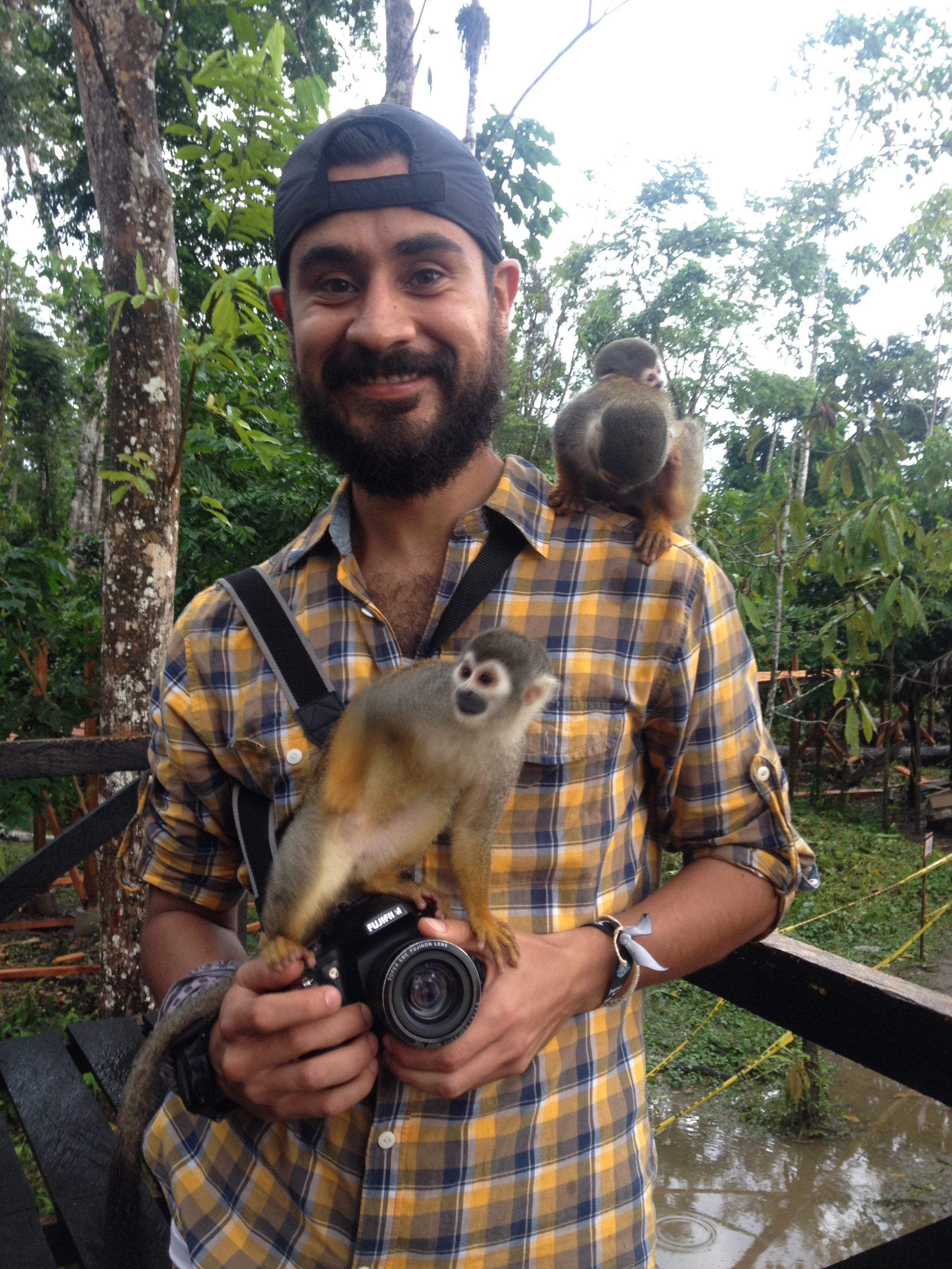 El biólogo Mauricio Vela en un trabajo con primates en la Amazonía colombiana. Foto: Mauricio Vela.