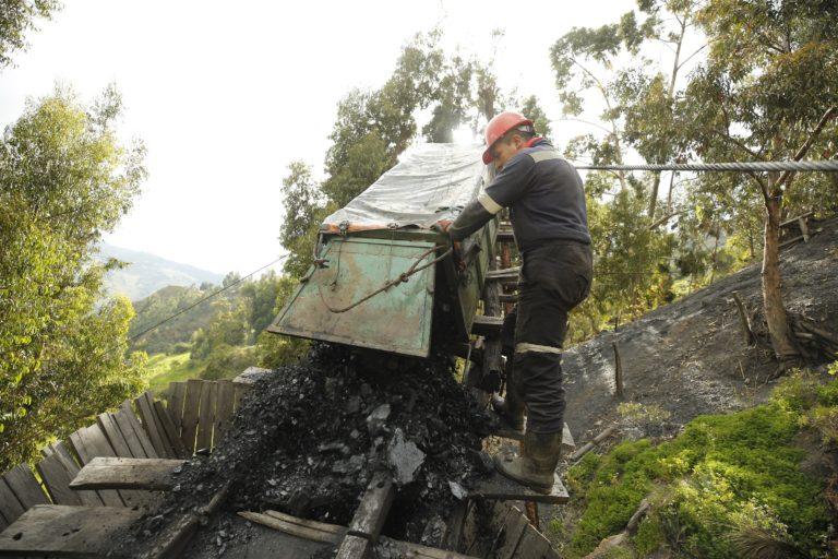 Algunos pobladores del páramo de Pisba trabajan en minería de carbón. Foto: Daniel Reina Romero-Semana Sostenible.