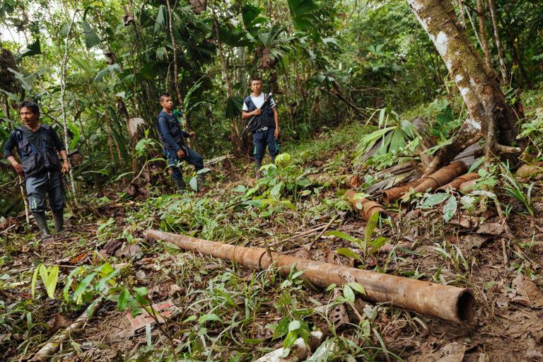 La guardia indígena Siona se encuentra tuberías que trasnportaba petróleo. Según dicen, la aguas del río Putumayo han sido contaminadas. Foto: Amazon Frontlines.