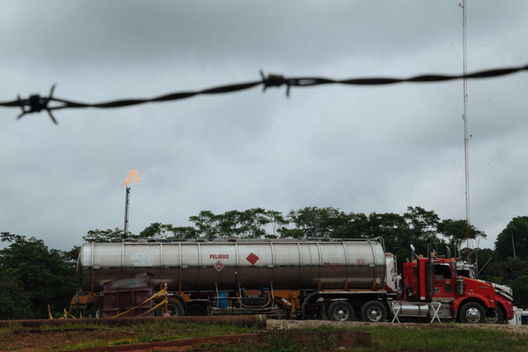 Camiones de la empresa Amerisur que transportan el petróleo extraído del Bloque Platanillo en límites con el resguardo Siona de Buenavista.Foto: Amazon Frontlines.