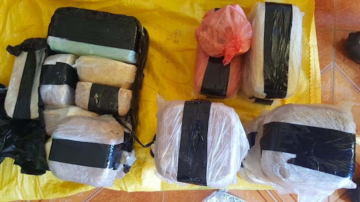 La policía halló 30 kilos de cocaína dentro de la aeronave. Foto: Dirandro.