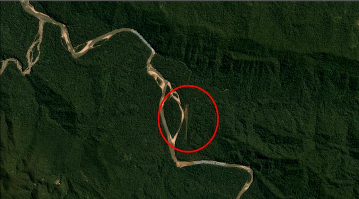 Esta imagen satelital muestra la pista de aterrizaje clandestina descubierta dentro del Parque Nacional Bahuaja Sonene. Crédito: Planet.com