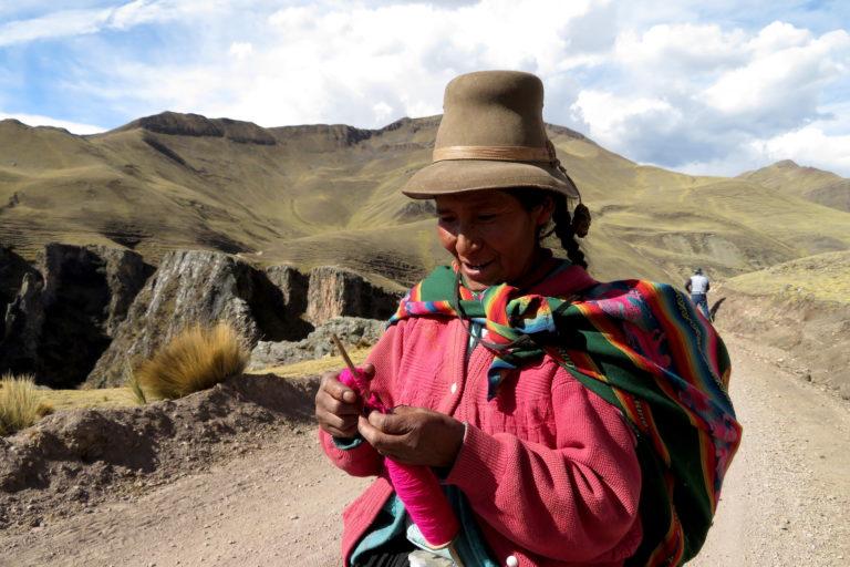 Así como Tomasa, quienes viven en los pueblos de la zona del Ausangate se desplazan a pie entre montañas y lagunas. Foto: Yvette Sierra Praeli.