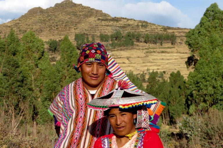 Fredy y su esposa Ruth, dos líderes alpaqueros de la comunidad de Sallani. Foto: Yvette Sierra Praeli.