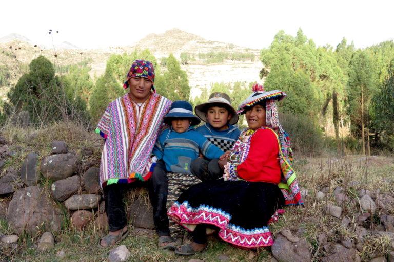 Fredy, su esposa Ruth y sus dos hijos en un campo de cultivo cerca del distrito de Pitumarca. Foto: Yvette Sierra Praeli.