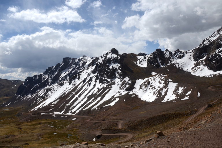 """Fredy lamenta que los nevados estén desapareciendo. """"Solo quedará el roquedal"""", dice. Foto: Yvette Sierra Praeli."""