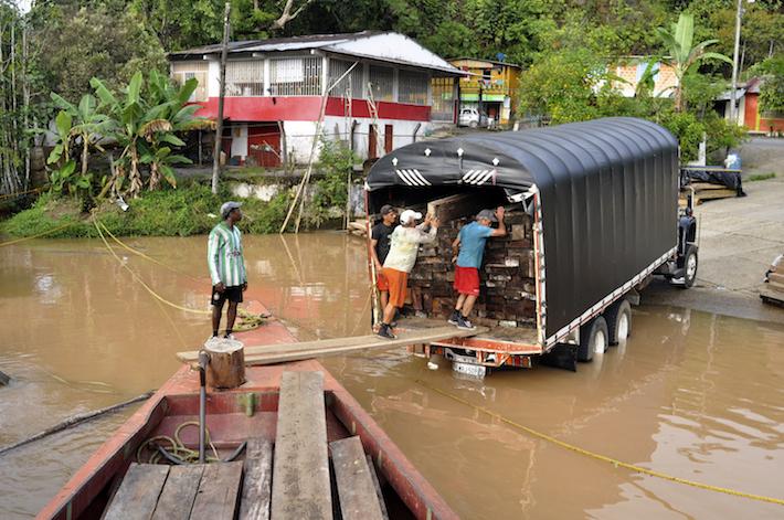 En el Caquetá, la madera se mueve por ríos, en barcazas, y camiones. Foto: Danilo Canguçu / SEMANA.